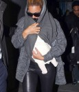 beyonce holding blue ivy 1