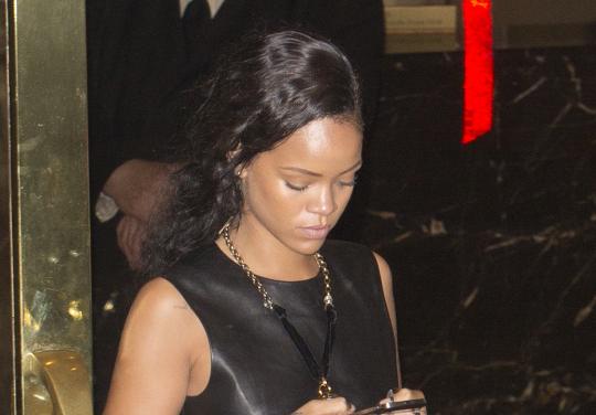 rihanna texting