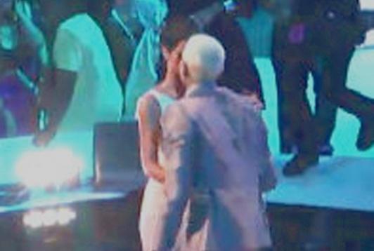 Rihanna And Chris Brown Hug And Kiss At MTV VMAs [Photo]