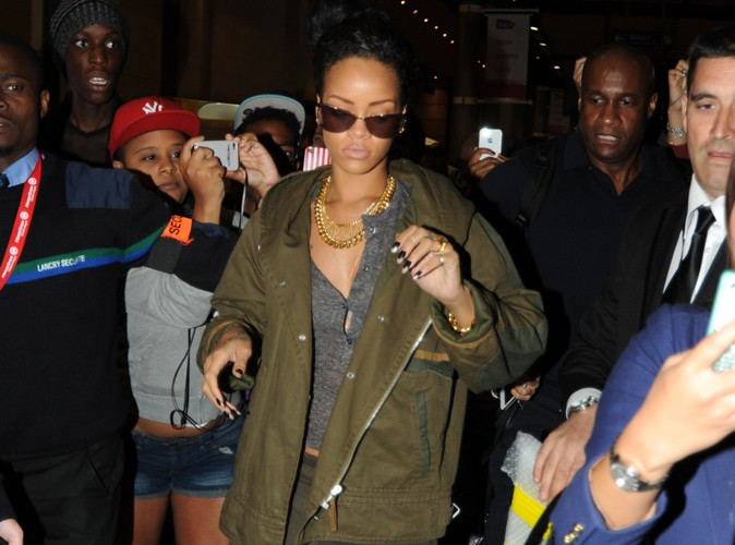 rihanna mobbed in paris