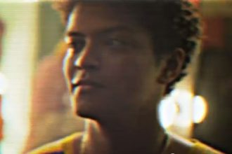 """Bruno Mars – """"Locked Out Of Heaven"""" [Music Video]"""