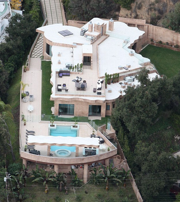 Rihanna california mansion pic