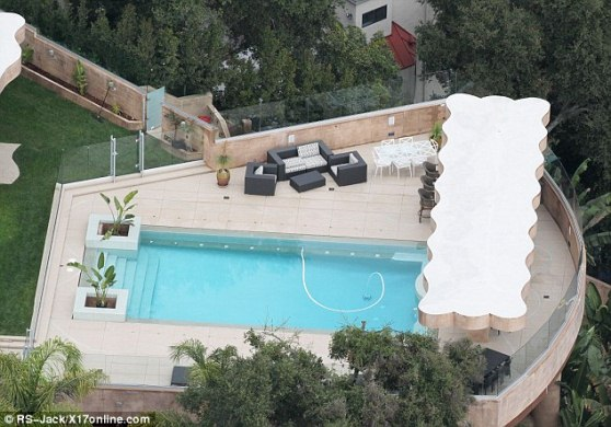 rihanna mansion pic 2