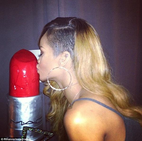 Rihanna Mac RiRi Woo