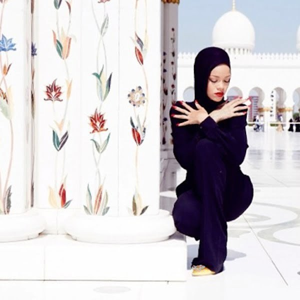 Rihanna at abu dhabi mosque 1