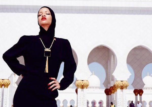 Rihanna at abu dhabi mosque 4