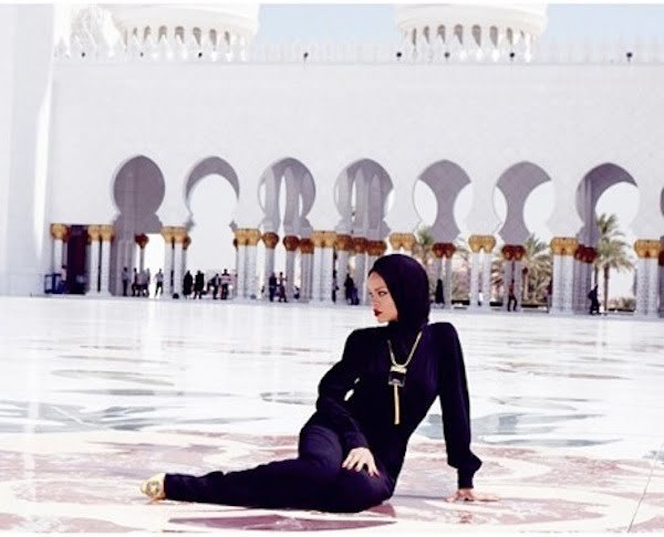 Rihanna at abu dhabi mosque 5