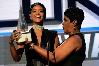 Rihanna's Mom Monica Present Her With Icon Award At AMAs [VIDEO]