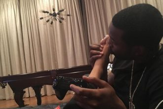Meek Mill Getting Roast On Twitter For Kissing Nicki Minaj Feet